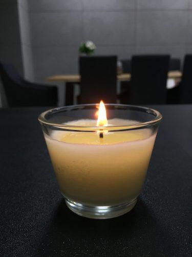 świeca na biurku